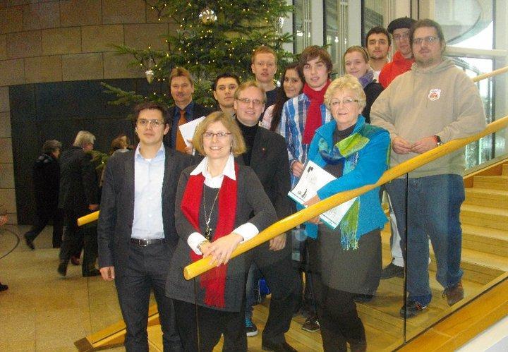 von links - Vorne: Alexander Vogt & Regina Kopp- Herr, von links - Mitte: Jürgen Berghahn, Dennis Maelzer & Inge Howe mit dem Mühlenkreis- Jusos