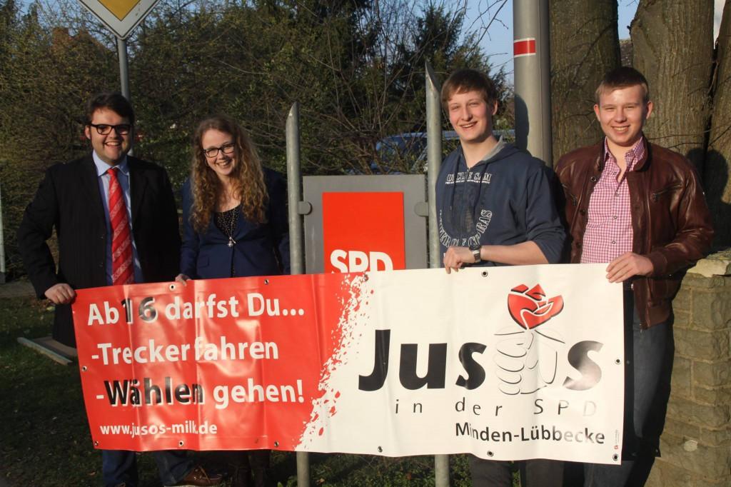 Vier Kandidatinnen und Kandidaten aus den Reihen der Jusos präsentieren ein Juso-Banner zur Kommunalwahl. Von links: Jan-Hendrick Maschke (Bürgermeisterkandidat in Preußisch Oldendorf), Nadine Kostka (Kreistagskandidatin in Lübbecke), Felix F. Gröting und Dominik Noch (beide Ratskandidaten in Espelkamp).